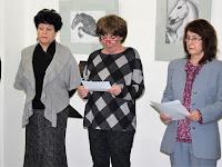 01 Iveta Tonhaiserová, az Ipolysági Városi Könyvtár vezetője köszönti a kiállítás résztvevőit.jpg