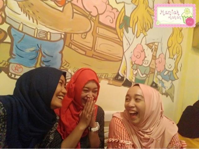 maniak-makan-tjemal-tjemil-solo-cafe-wefie-interior-cafe-mural