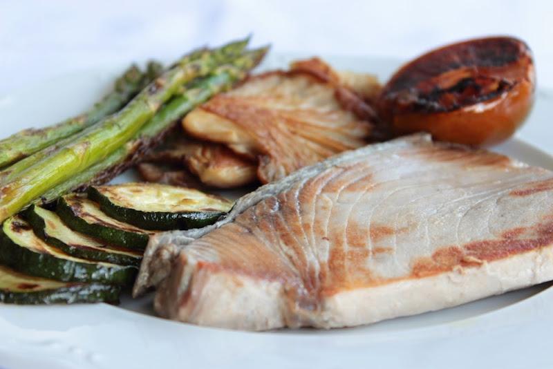 Atún a la plancha con verduras