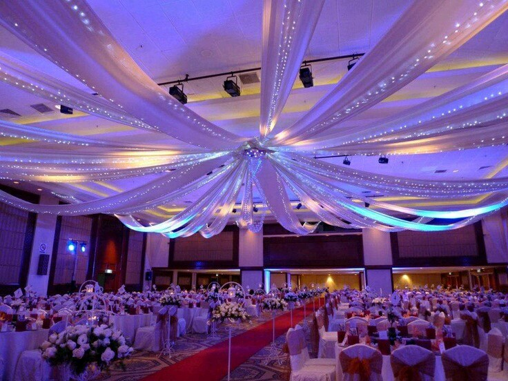 Hermosas ideas para decorar un techo usando tul for Decoracion de salon con telas y luces