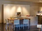 cucina con isola modello Monoliti prodotta da Mesons, con snack ribassato uso tavolo e con colonne, visibile nella nostra esposizione di Zogno Bergamo.jpg
