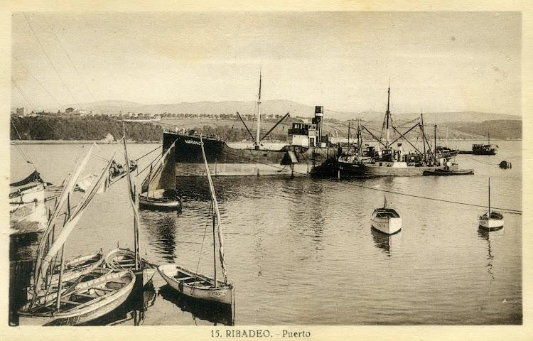 Postal del puerto de Ribadeo en la que se ve al NARANCO descargando al MEXICO abarloado a el. Ca. 1950.jpg