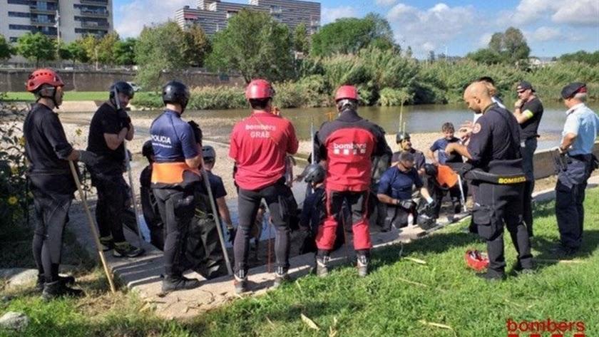 Los Bomberos de la Generalitat trabajan en el río.