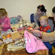 deti pri preberaní vianočných darčekov
