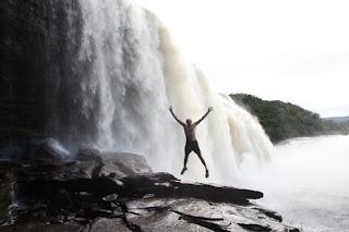 Čaka nas adrenalinska hoja pod slapom Sapo
