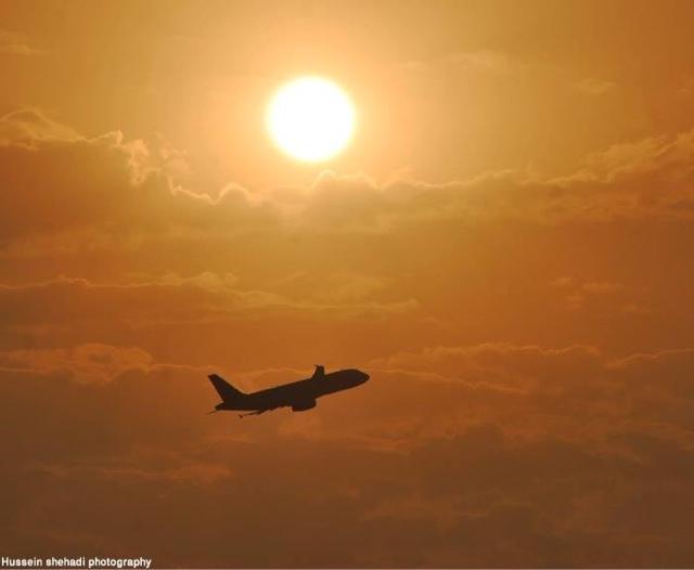 pesawat terbang pada saat senja