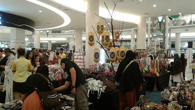 Pengunjung Memadati Rita Supermall, Mall Mewah Di Desa