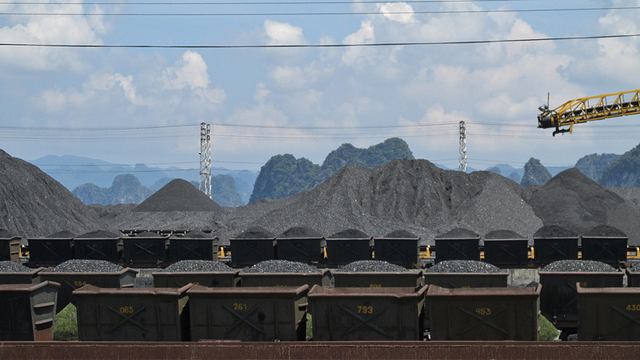 Railway coal depot with limestone karst background. Viet Nam, Quảng Ninh, Cẩm Phả. Photo: garycycles8 / Flickr