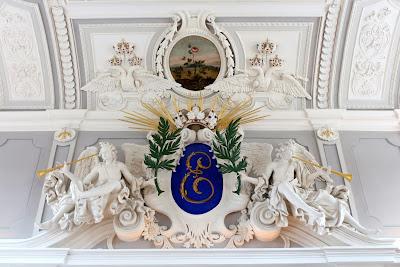 Деталь убранства парадного зала с монограммой Екатерины I