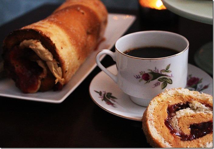 En klassisk gammal kaffekopp men en skiva jordnötsrulltårta.