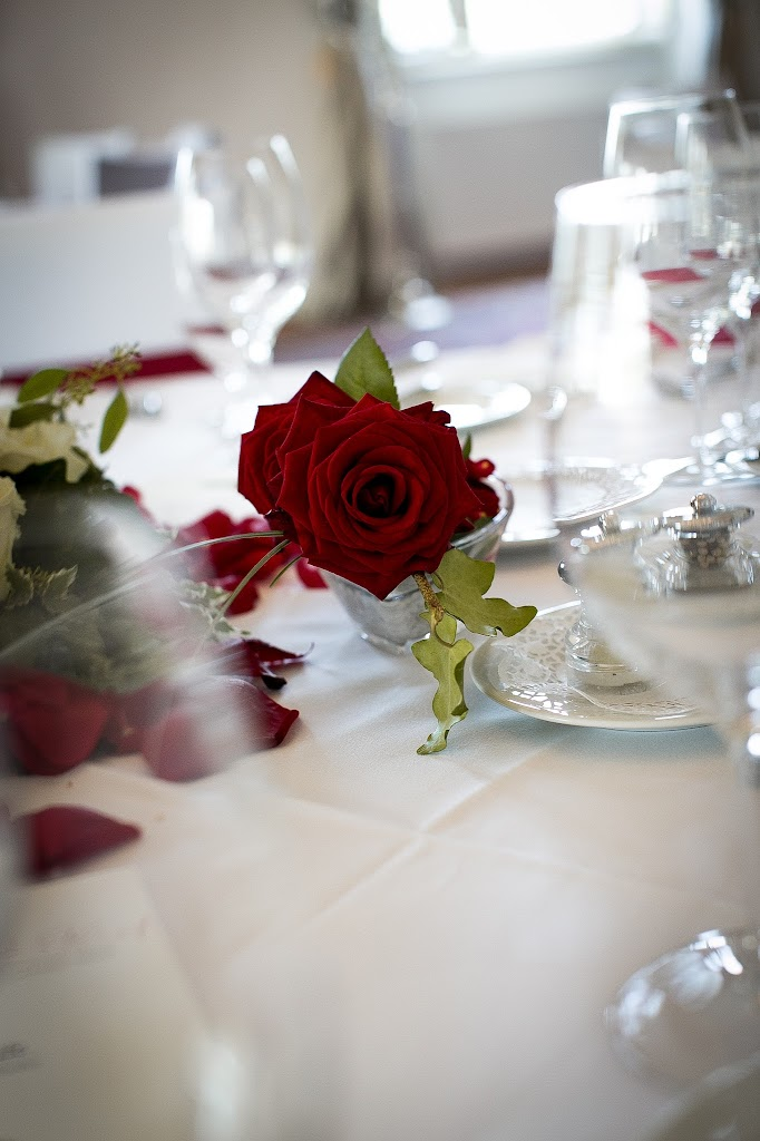 Gedeck mit roten Rosen II