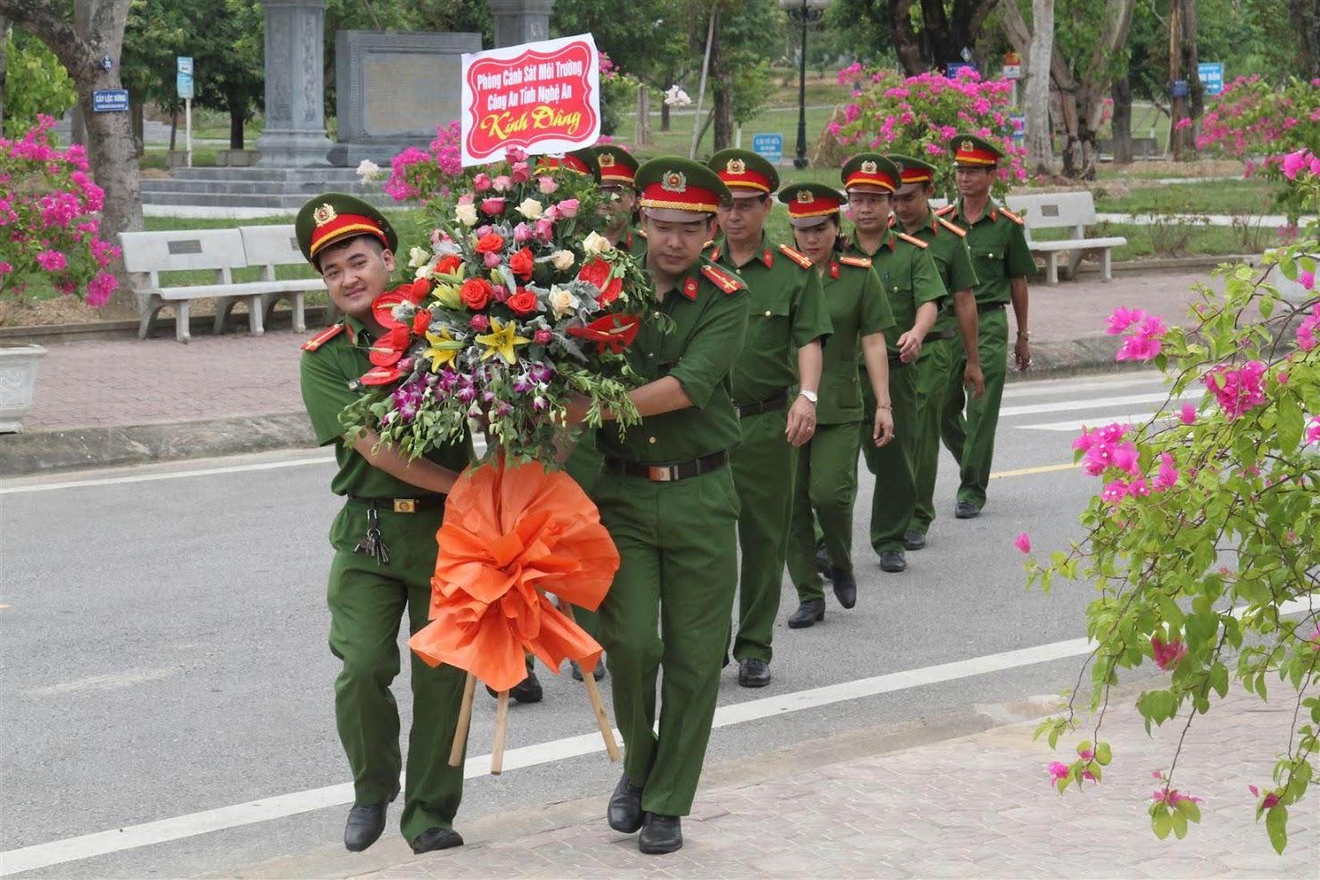 Đoàn đại biểu dâng hoa tại Khu di tích lịch sử Truông Bồn