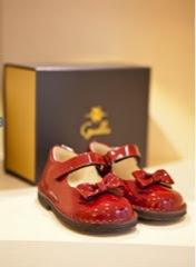 I bambini provano le scarpe seduti su delle giostrine di legno e così lo  shopping diventa un piacere anche per loro  -) 6e8fcc7f6b0