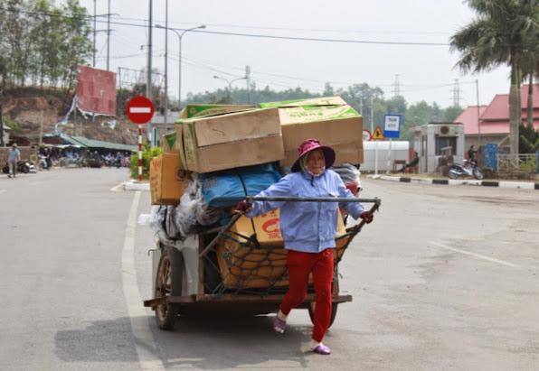 Cong viec thuong ngay cua cac chi la cho hang thue tu Viet Nam qua Lao va nguoc lai