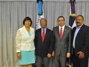 Navarro firma acuerdo para mejorar calidad educación