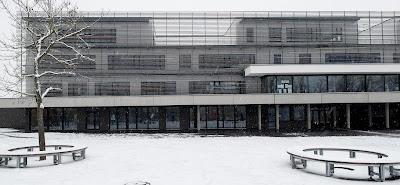 Façades extérieures du bâtiment rénové, sous la neige.