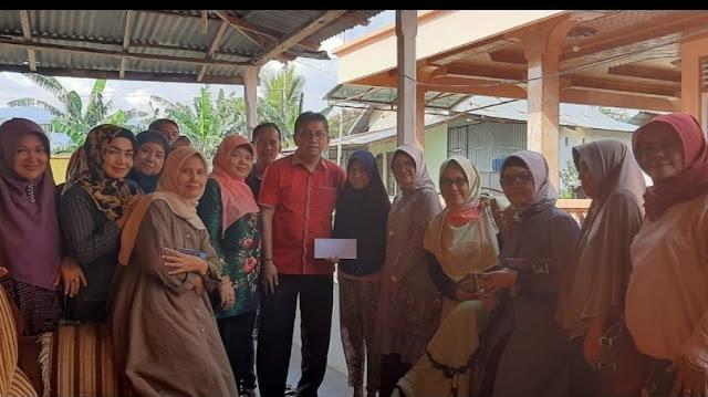 Foto: Mastilizal Aye dan alumni SMP 18 Padang mengunjungi Panti Asuhan Nurul Hikmah Air Paku.