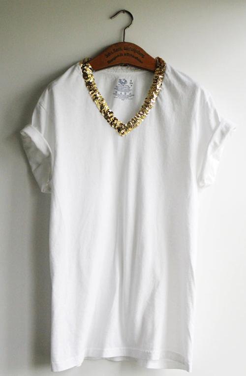 camiseta com decote bordado de lantejoula