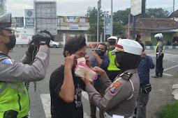 Di Pos Lantas Tangguh Semeru, Satlantas Polres Pasuruan Kota Bagikan Masker Dan Gencar Sosialisasi Kepada Pengguna Jalan Yang Tidak Patuhi Prokes