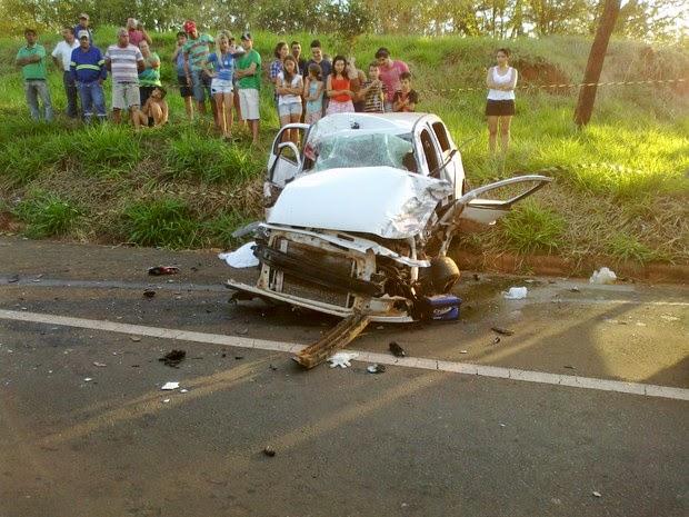 Acidente entre carro e motos deixa mortos e ferido em Santa Fé do Sul.