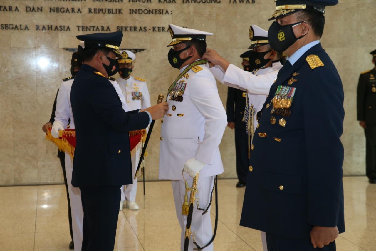 Panglima TNI Sematkan Bintang Kehormatan Republik Indonesia Kepada Kepala Staf Angkatan