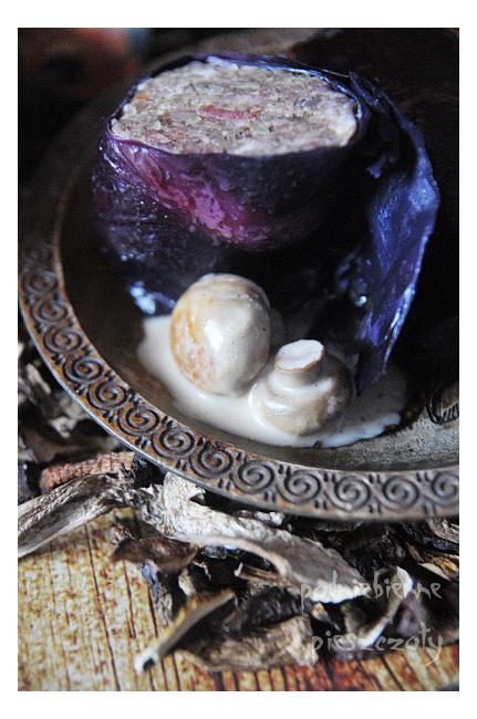 Fioletowe gołąbki z kaszą i sosem grzybowym