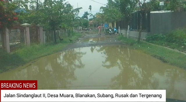 Jalan desa muara blanakan subag tergenang saat hujan