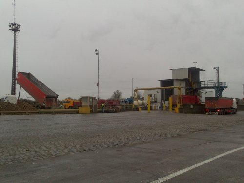 Op bezoek in de Suikerraffinaderij van Tienen. Een aan- en afrijden van vrachtwagens en tractoren met suikerbieten