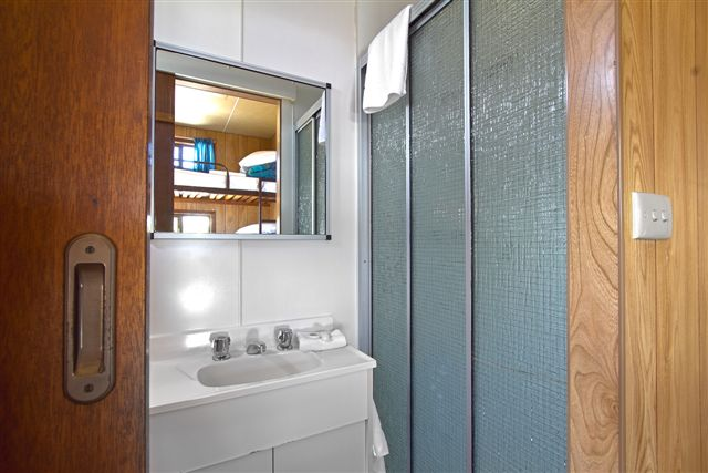 Standard Holiday Cabin 3 - Bathroom