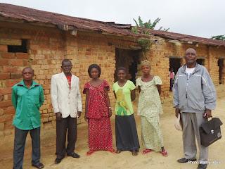 Les enseignants de l'école primaire Lutemo devant les bâtiments de cet établissement scolaire. (Photo Mamy Halili)