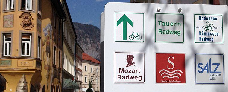 Radweg-Piktos von Tauern-Radweg, Bodensee-Königsee-Radweg, Mozart-Radweg, Saalach-Radweg und Salz-Salinen-Weg in der Altstadt von Bad Reichenhall