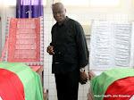 Constant Omari, Président de la Fecofa s'inclinant sur les corps de trois joueurs de son Club le 03/04/2013 à la sortie des corps de la morgue de la clinique Nganiema à Kinshasa. Radio Okapi/Ph. John Bompengo