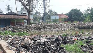 Sejumlah warga di Kecamatan batujaya Kabupaten Karawang dibuat geram dengan tumpukan sampah di ruas tanggul sungai irigasi tepatnya di desa karyamulya