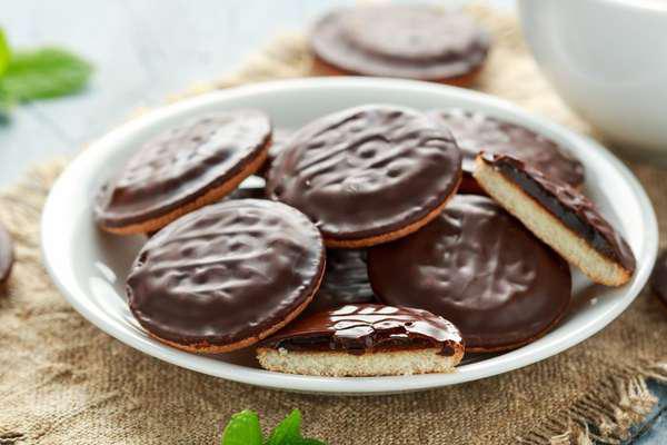 Policial britânico é demitido por pagar R$ 0,75 em caixinha para caridade por biscoitos de R$ 7,5