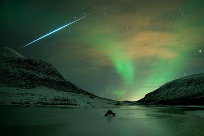 o brilho de uma aurora e o clarão de um meteoro