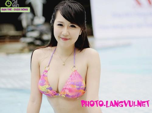 Hot Girl Nu Phạm gây xôn xao với bộ bikini sexy bên hồ bơi