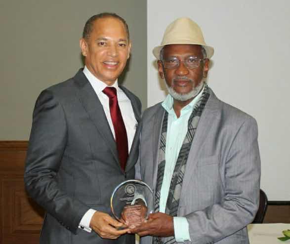 Asociación Dominicana de Ozonoterapia entrega reconocimiento a gobernador vegano