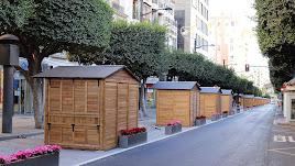 Los treinta y ocho kioskos instalados en el Paseo de Almería.