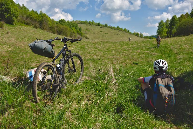 Odihna la umbra, pe single-trail-urile de pe platoul Bedeleu.