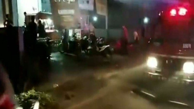 Viral Mobil Pemadam Semprot Warung Angkringan, Warga Kocar-kacir