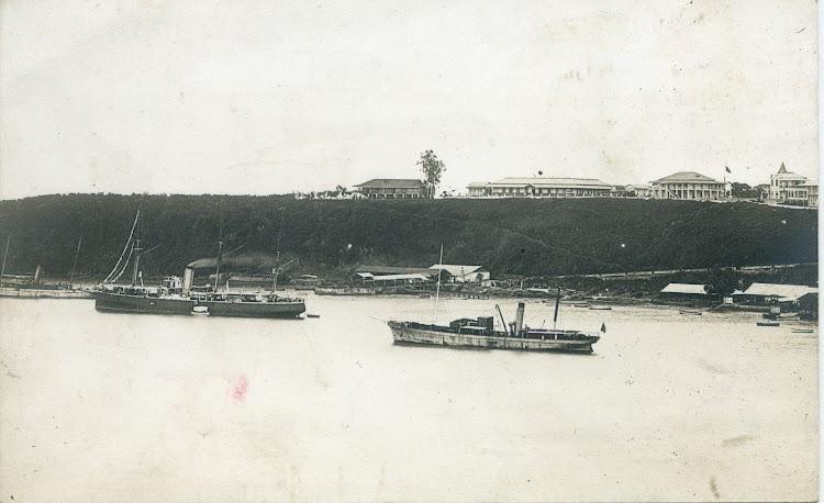 Foto de ambiente colonial, probablemente con el crucero INFANTA ISABEL (gracias al Sr. Juan Luis Coello) y los vapores ELOBEY, en primer termino, y CORISCO al fondo. Postal.jpg
