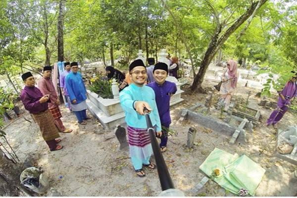 selfie atas kubur.jpg