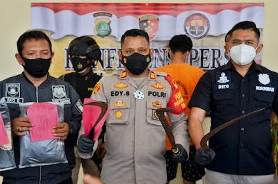 GANK Pemuda Bersenjata Clurit Digulung Polsek Tarumajaya