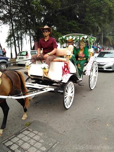 pengantin berarak dengan kereta kuda