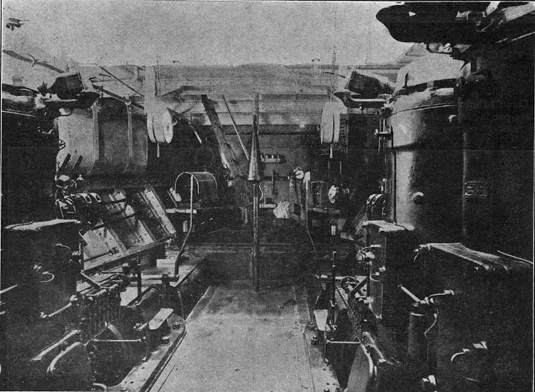 Parte de popa de la sala de maquinas. Se aprecian los alternadores y los tanques de lubricante. Foto de la revista Marina Mercante. Numero 32.tif