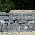5 – Muur in droge steen en gekantrechte breuksteen