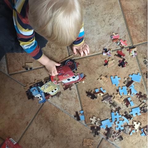 Kleinkind puzzelt