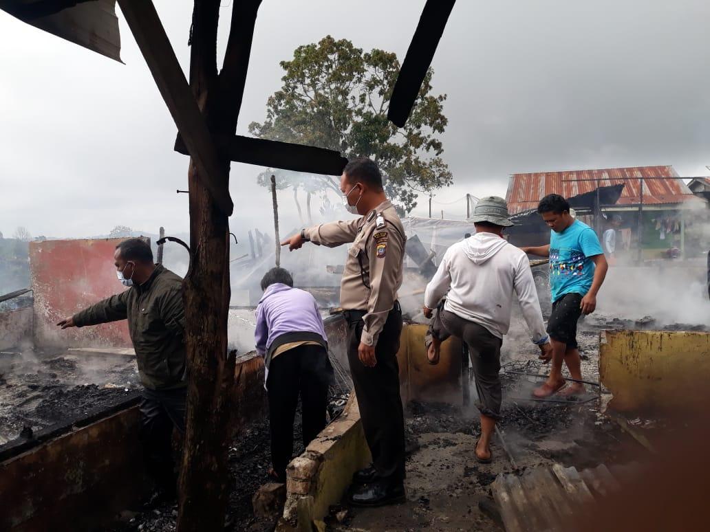 Polisi Simalungun Bantu Evakuasi Dua Unit Rumah yang Kebakaran di Urung Purba