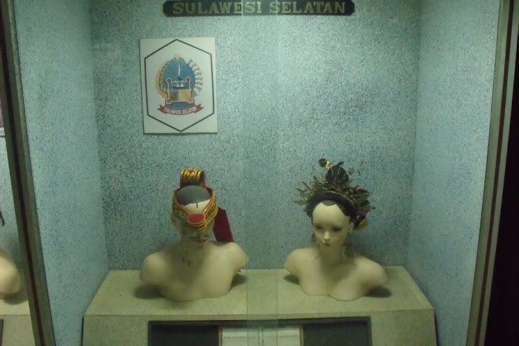 Tenggarongi Múzeumban kiállított hagyományos bugis férfi/női fejdísz