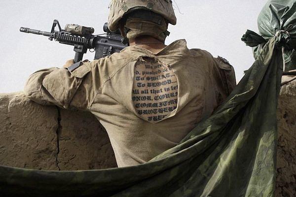a_tatuagem_mostrando_atravs_de_sua_camisa_enquanto_em_serviço